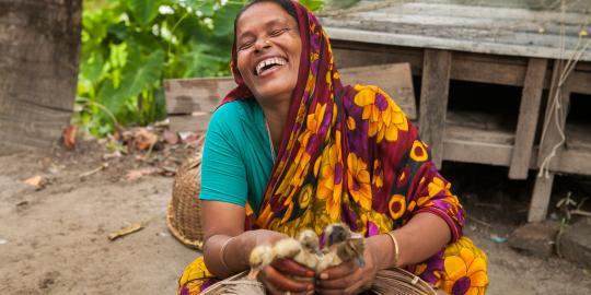 Shefali freut sich über ihre Enten, Foto: Saikat Mojumder/Oxfam Novib