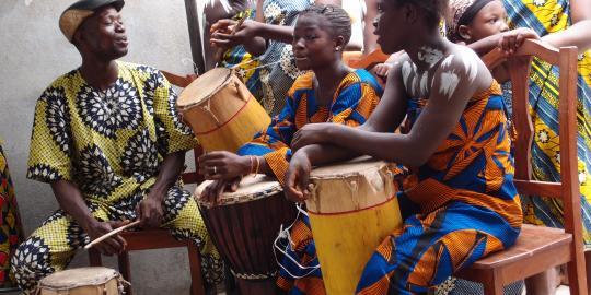 Diese Mädchen auf einem Markt von Benin beweisen, dass sie Rhythmus im Blut haben. © Oxfam Deutschland, Stefanie Beck