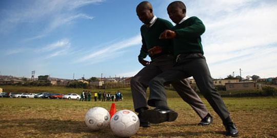 Schüler der Kwapata Secondary School kicken bei den Whizzkids