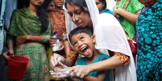 Mädchen in Bangladesh lernen bei einer Informationsveranstaltung spielerisch, wichtige  Hygienemaßnahmen zu treffen. © Tom Pietrasik/Oxfam