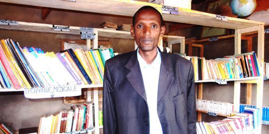 Bibliothekar Jacques Gasambo in der Bibliothek der Isoko Schule auf dem Hochplateau von Minembwe (Foto: Reinhild Schumacher/Oxfam Deutschland)