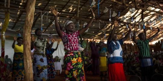 Die Kirchengruppe feiert den Ostersonntag in der Ezebun Kirche im tansanischen Nyarugusu Flüchtlingscamp im März 2016. © Phil Moore/Oxfam