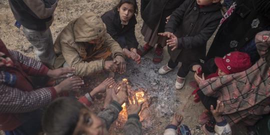 Diese Kinder wärmen sich an brennendem Müll in West Owsija, einem kleinen Dorf nahe Qayyarah, Irak © Oxfam International