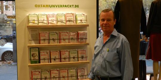 """Kurt engagiert sich ehrenamtlich im Oxfam Shop MOVE in Berlin. Das OxfamUnverpackt-Geschenk """"Schulgebühren für ein Mädchen"""" hat für ihn die größte Superkraft. © Clara Kiau/ Oxfam Deutschland"""