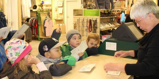 Die Kinder des Vellmenkrippe e.V. übergeben der ehrenamtlichen Shopmitarbeiterin stolz ihr gesammeltes Geld © Vellmenkrippe e.V.