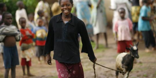 Mit Oxfams Unterstützung konnte Annie (15) aus Malawi eine Ziege kaufen und so für ihre Geschwister und sich die Schulgebühren zahlen. (Foto: Abbie Trayler-Smith)