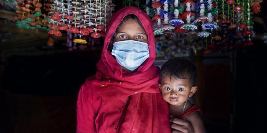 Nur Jahan mit ihrer Tochter im Rohingya Lager Cox's Bazar, in Banglaesh