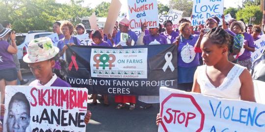 Farmarbeiterinnen gehen in Südafrika für ihre Rechte auf die Straße. © Carla Meurer
