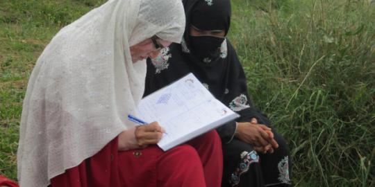 Tasleem Baigum (rechts) erzählt ihre Geschichte. © Saibaan